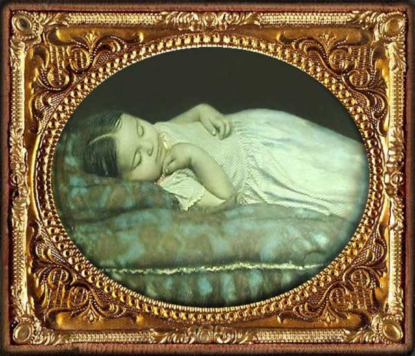 Criança morta em pose como se estivesse dormindo